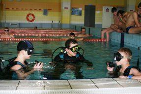 nurkowie na pływalni